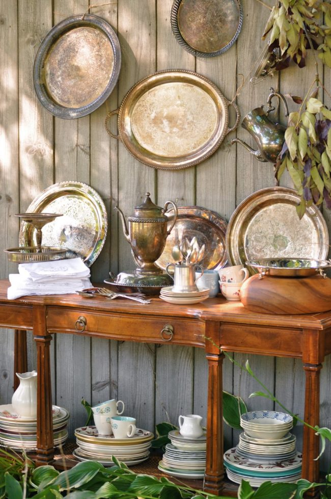 Hanging old trays you'll never use indoors is an elegant way to recycle them.