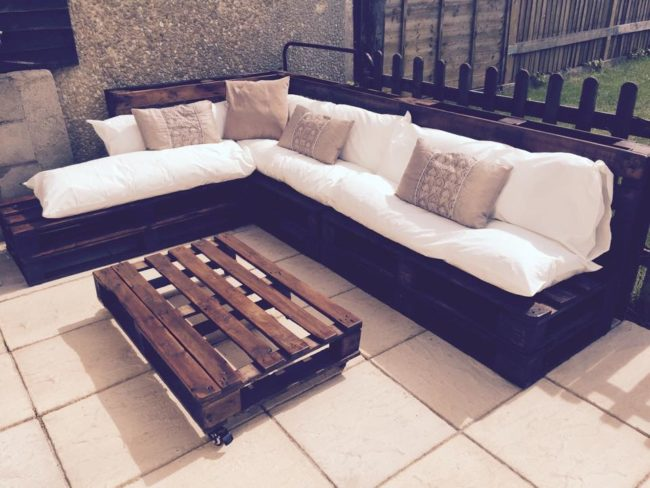 """<a href=""""http://www.101palletideas.com/outdoor-pallet-sectional-sofa/"""" target=""""_blank"""">This couch</a> has room for the whole fam!"""