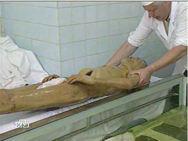 The pictures seen here might look they're of like workers bathing Lenin's corpse. However, the body in these photos is simply a practice cadaver that they use to keep their skills sharp.
