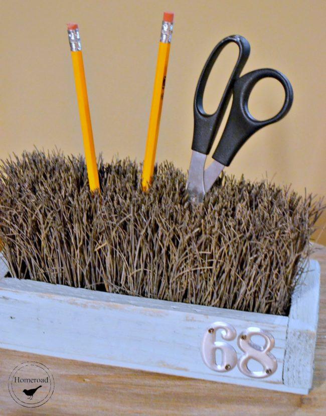 "I can guarantee you've never tried making a <a href=""http://www.homeroad.net/2014/04/push-broom-desk-organizer.html"" target=""_blank"">desk organizer</a> using broom bristles."