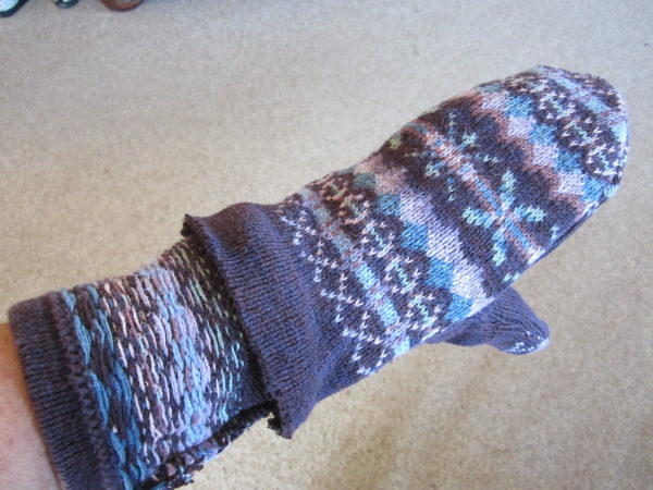 "Don't throw out your unused winter sweaters when there are <a href=""https://therenegadeseamstress.com/2012/02/05/sweater-mitten-tutorial/"" target=""_blank"">sweater mittens</a> to be had!"