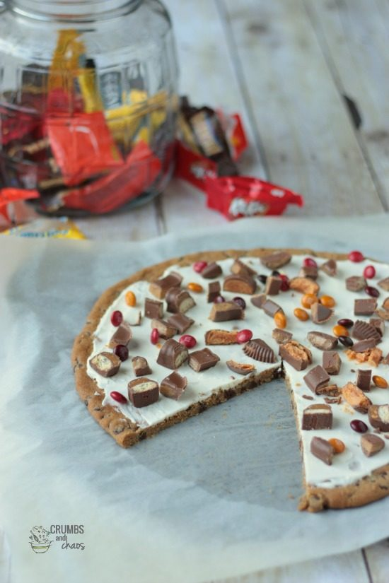 "Cut a slice of this yummy <a href=""http://www.crumbsandchaos.net/2013/10/trick-treat-dessert-pizza/"" target=""_blank"">candy-topped dessert pizza</a>."